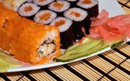 Uma placa com sushi Fotografia de Stock Royalty Free