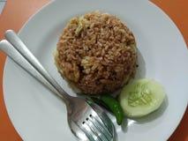 Uma placa da placa de A do ` do ayam do goreng do nasi do `, significa literalmente o arroz fritado do ` - ` da galinha fotos de stock royalty free
