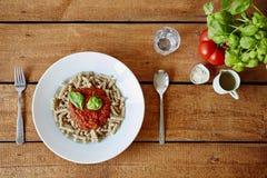 Uma placa da massa com molho de tomate no restaurante anca imagens de stock royalty free