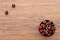 Uma placa das cerejas Foto de Stock