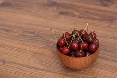 Uma placa das cerejas Fotografia de Stock