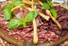Uma placa das salsichas e do molho do bacon Imagem de Stock