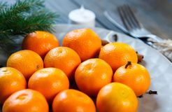 Uma placa das tangerinas fica na tabela de madeira Ano novo fotos de stock royalty free