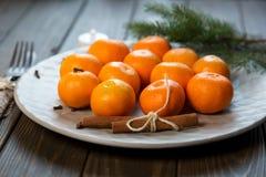 Uma placa das tangerinas fica na tabela de madeira Ano novo fotografia de stock