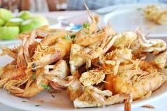 Uma placa de camarões fritados Fotos de Stock