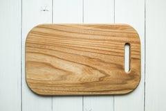 Uma placa de corte de madeira vazia com uma textura de madeira em um fundo branco da tabela Vista superior fotos de stock