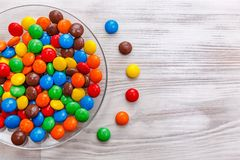 Uma placa de doces coloridos misturados Imagens de Stock
