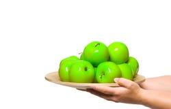 Uma placa de maçãs verdes frescas fotos de stock royalty free