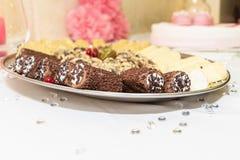 Uma placa deliciosa do chocolate mergulhou Cannoli foto de stock royalty free
