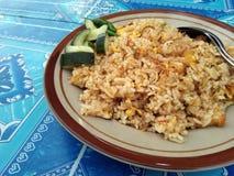 Uma placa do ` do ayam do goreng do nasi do `, significa literalmente o arroz fritado do ` - ` da galinha imagem de stock