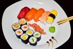 Uma placa do sushi selecionado do maki e do nigiri fotografia de stock royalty free