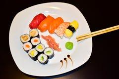 Uma placa do sushi selecionado do maki e do nigiri imagem de stock royalty free