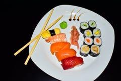 Uma placa do sushi selecionado do maki e do nigiri fotos de stock royalty free