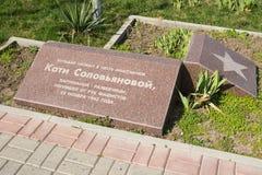 Uma placa memorável instalada no bulevar nomeado em honra de Katie Solovyanovoy Anapa Imagens de Stock Royalty Free