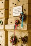 Uma placa memorável na parede do museu etnográfico de Budapest foto de stock