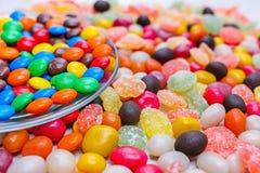 Uma placa redonda transparente com doces coloridos foto de stock royalty free