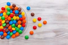 Uma placa redonda transparente com os doces coloridos misturados Imagens de Stock Royalty Free