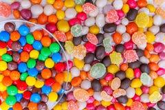 Uma placa redonda transparente de doces coloridos misturados Fotografia de Stock Royalty Free