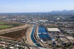 Uma planta de tratamento da água ao lado do canal no Arizona Foto de Stock