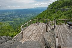 Uma plataforma arborizada negligencia no restaurante de Cloudland fotografia de stock royalty free