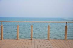 Uma plataforma cercada no beira-mar imagem de stock