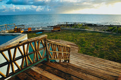 Uma plataforma com uma vista do oceano Foto de Stock Royalty Free