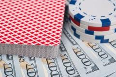 Uma plataforma de cartões para o jogo para o dinheiro, as mentiras em contas e as microplaquetas para apostar foto de stock