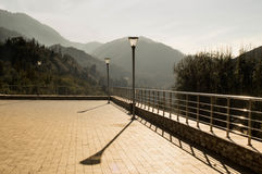 Uma plataforma de observação com vistas das montanhas Foto de Stock Royalty Free