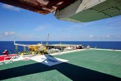 Uma plataforma a pouca distância do mar da produção Imagens de Stock