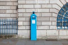 Uma polícia original telefona livre para o uso do público, nas ruas de Londres Fotos de Stock