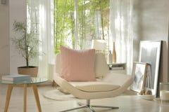 Uma poltrona branca com um descanso cor-de-rosa Fotografia de Stock
