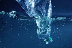 Uma poluição plástica da garrafa de água no oceano imagem de stock