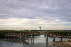 Uma ponte bonita para conectar a casa de campo da ilha a uma praia artificial que esteja sendo construída imagem de stock