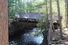 Uma ponte coberta sobre um rio Imagem de Stock