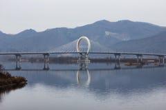 Uma ponte com estrutura do anel em um rio imagens de stock