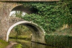 Uma ponte com o um arco sobre o outro arco fotos de stock royalty free
