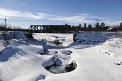 Uma ponte da maneira do trilho no círculo ártico Fotos de Stock Royalty Free