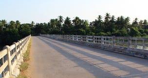 Uma ponte da vila Imagens de Stock Royalty Free