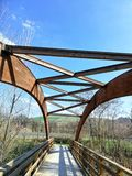Uma ponte de madeira com um cofre-forte de madeira semicircular fotografia de stock
