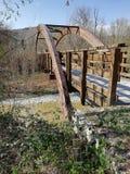 Uma ponte de madeira com um cofre-forte de madeira semicircular fotos de stock