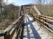 Uma ponte de madeira com um cofre-forte de madeira semicircular imagens de stock
