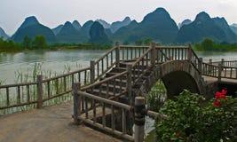 Uma ponte de madeira em um lago imagens de stock
