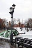 Uma ponte decorada por luzes de rua no parque de Tsaritsyno em Moscou Fotografia de Stock