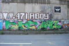 Uma ponte destruída com arte dos grafittis da rua Imagem de Stock