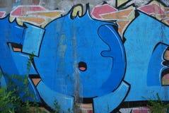Uma ponte destruída com arte dos grafittis da rua Foto de Stock