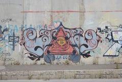Uma ponte destruída com arte dos grafittis da rua Fotos de Stock Royalty Free