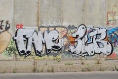 Uma ponte destruída com arte dos grafittis da rua Imagens de Stock