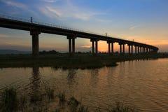 Uma ponte do trem no tempo do por do sol imagem de stock royalty free