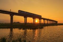 Uma ponte do trem no tempo do por do sol imagens de stock