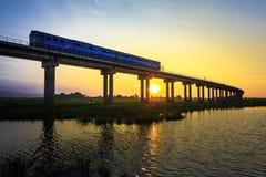 Uma ponte do trem no tempo do por do sol imagens de stock royalty free